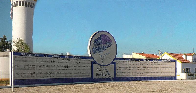 Mural em Grândola contendo a pauta de Grândola Vila Morena by Paulo Juntas. Photo via Wikimedia Commons
