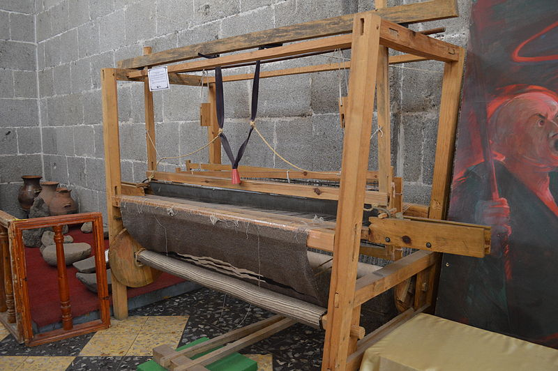 Pedal loom on display at the City Museum in Huamantla, Tlaxcala, Mexico. Attribution: AlejandroLinaresGarcia