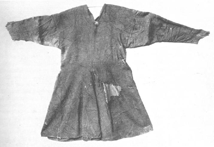 The tunic found together with Nederfrederiksmose Man (also known as Kraglund Man or Frederiksdal Man) which was a bog body found on May 25th 1898 in Fattiggårdens mose near the village Kragelund, north west of Silkeborg, Denmark. The find dates to 1099 AD. Photo: Wikimedia Commons
